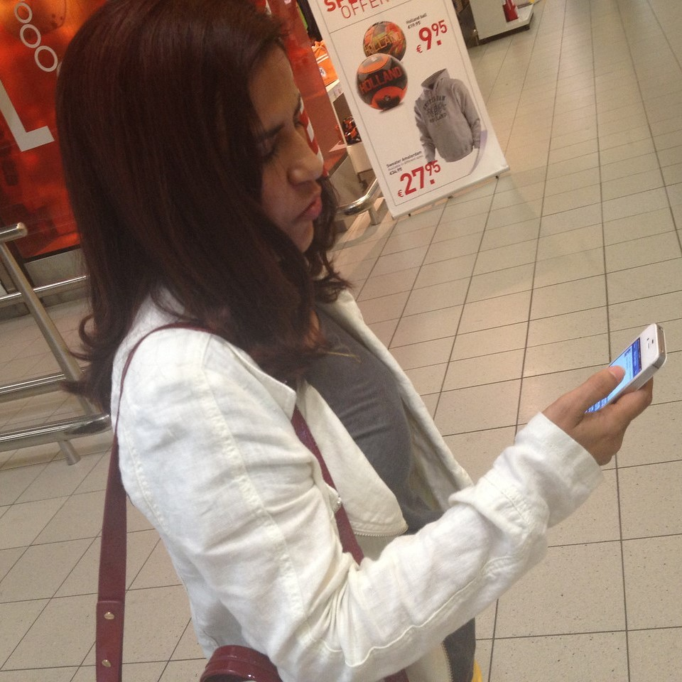 Ritu using the KLM app while travelling